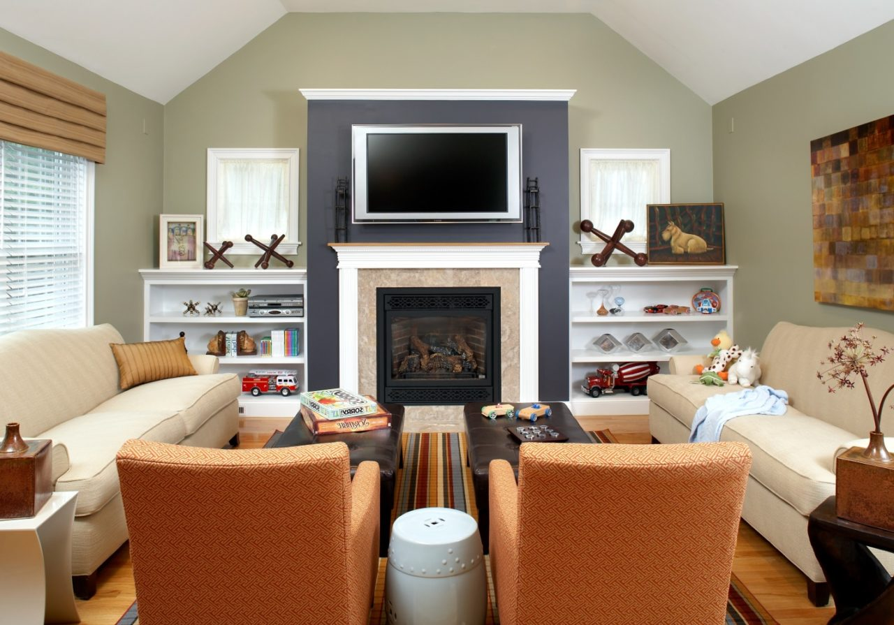 Симметричное расположение парной мебели в гостиной