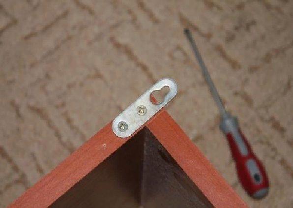 Саморезы для фиксации петель к боковинам имеют длину 5 сантиметров