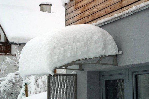 Обилие снега может сорвать козырек из поликарбоната со стены