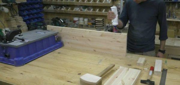 В подготовленные отверстия необходимо вставить мебельные шканты, промазывая клеем, забивать их необходимо с помощью специального резинового молотка