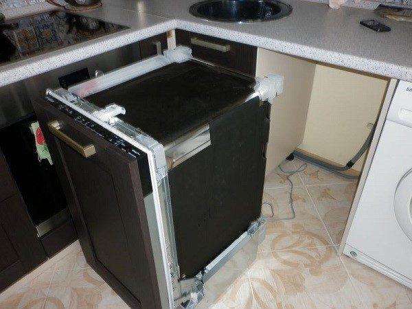 Лучше, конечно, чтобы изначальный проект кухни предусматривал нишу под посудомойку