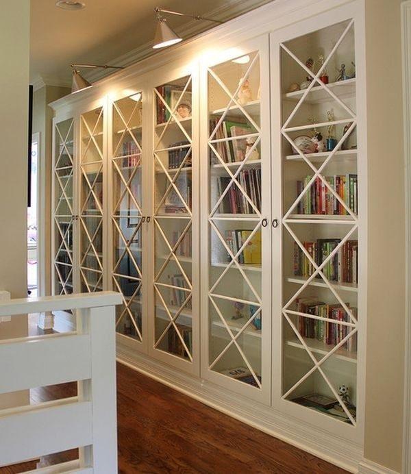 Вместе с книгами внутрь таких шкафов можно устанавливать различные сувениры, добавляя интерьеру еще больший уют