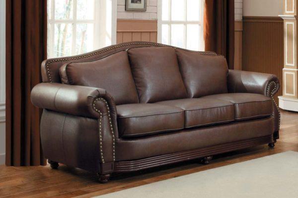 Кожаный диван для интерьера в классическом стиле