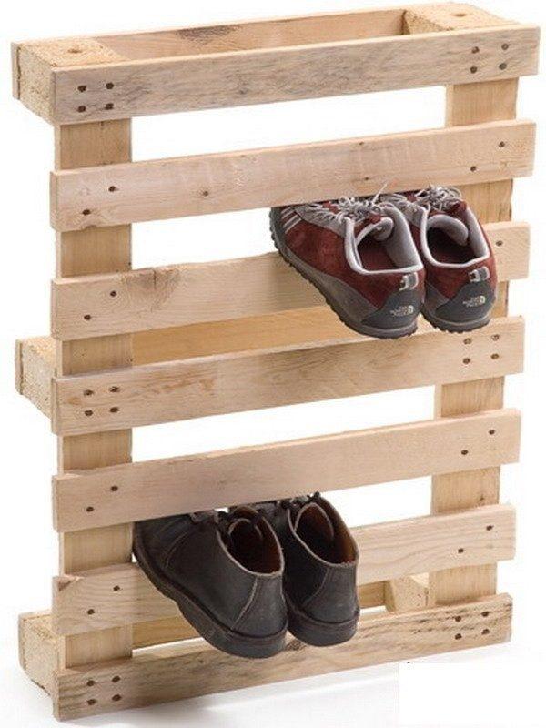 Импровизированная настенная подставка для обуви из бруса и реек