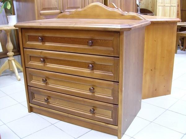 Мебель, выполняемая из чистого дерева, выглядит дорого и украшает комнату даже в недекорированном виде