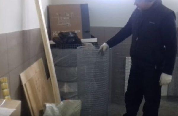 Для изготовления конструкции понадобятся деревянные бруски и металлическая сетка