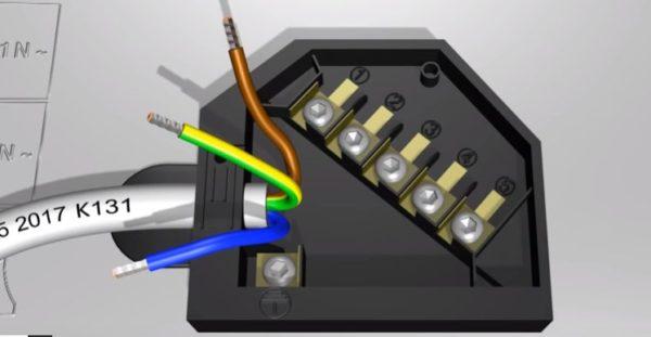 Провода зачищают и опрессовывают концы