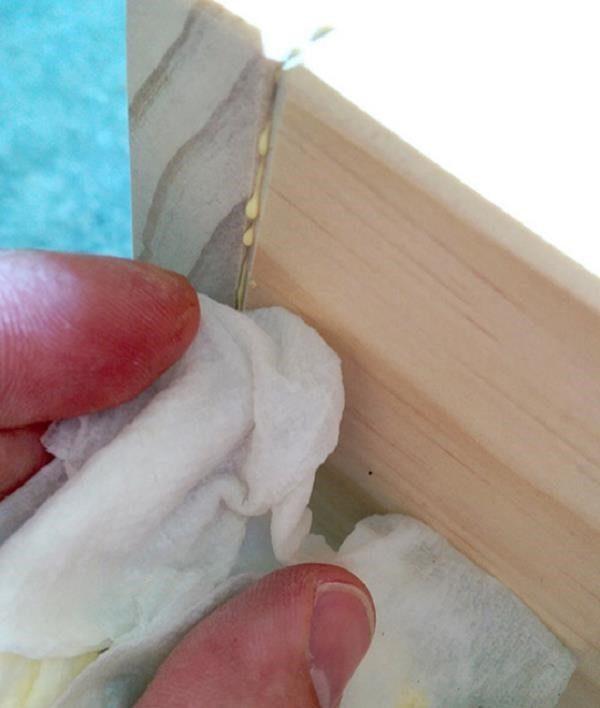 Удалите излишки клея тряпочкой, смоченной в специальном средстве
