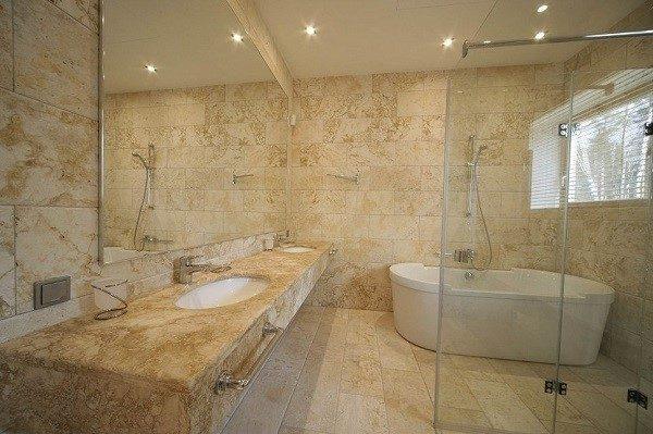 Такая ванная похожа на зал в старинной крепости