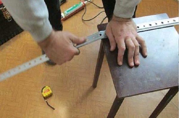 Необходимо расположить планку на ровную поверхность таким образом, чтобы край оставался на весу и отломать, как показано на изображении