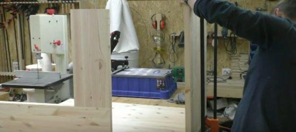 Используя строительный уровень лучше еще раз убедиться в том, что детали располагаются ровно, иначе стол получится кривым