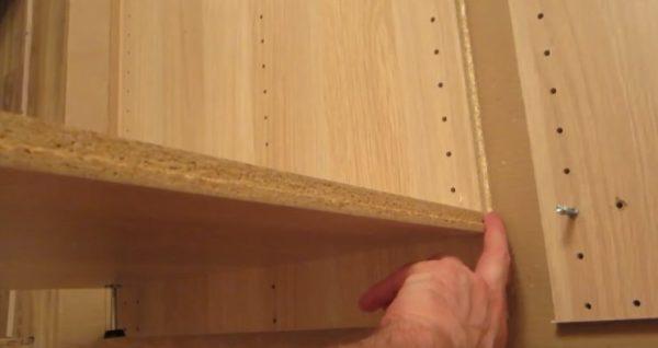Следует совместить стороны с вырезами. Продольная деталь будет фиксироваться к стене