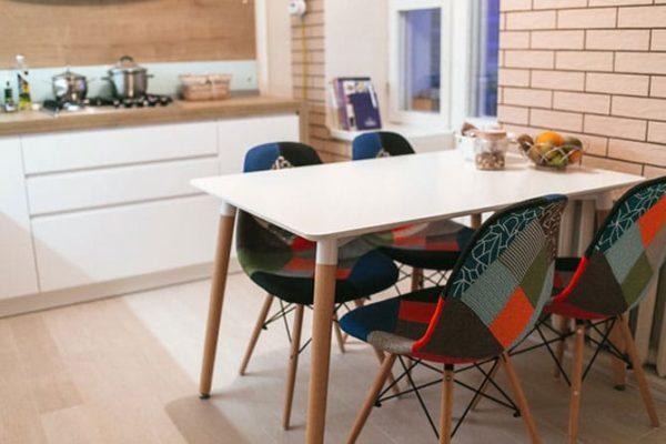 Кухонные стулья, оформленные в технике пэчворк