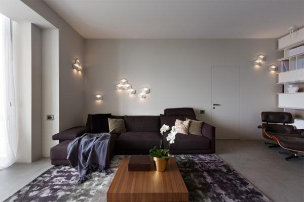 Светлый ровный потолок и стены визуально делают помещение просторнее и подчеркивают стиль минимализм в интерьере комнаты