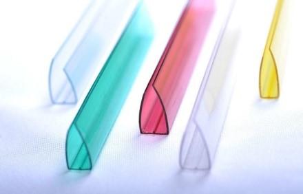 Специальные накладки увеличивают длительность использования и эстетичность поликарбонатных листов