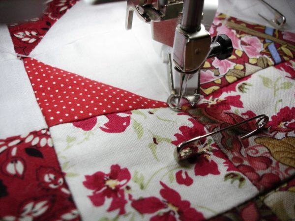 Процесс сшивания лоскутков на машинке