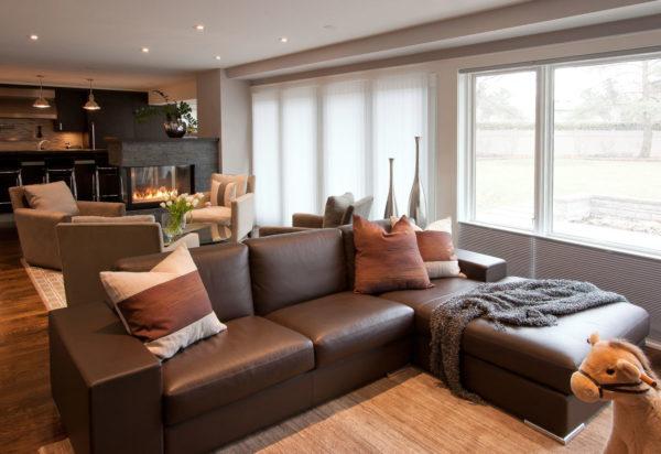 Серый нейтральный цвет стен идеально сочетается с коричневой мебелью