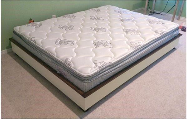 У нас получилась минималистичная и красивая кровать из массива сосны