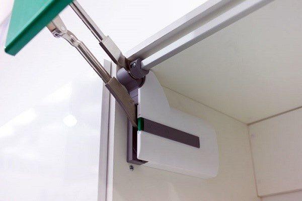 Некоторые из этих механизмов оснащены электрическим приводом, который позволяет вам практически не участвовать в процессе подъема дверец шкафчика, что особенно удобно для людей невысоких или имеющих в запасе малое количество времени