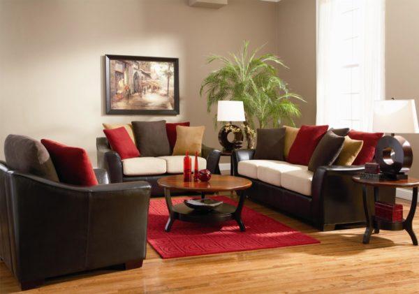 Яркие диванные подушки в оформлении диванной группы в гостиной
