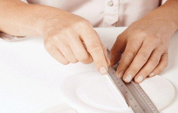 На тарелке делают вмятину, чтобы сгиб получился ровным