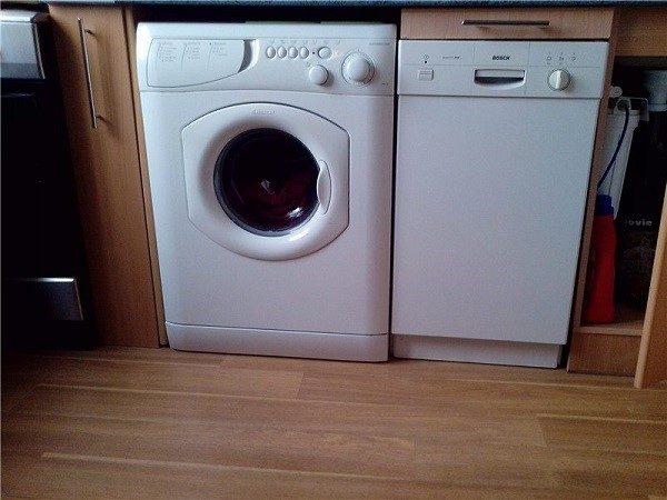 Посудомойка не должна стоять рядом с машинкой, последняя может нанести ей солидный вред
