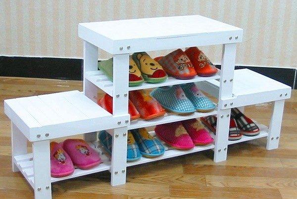 Желательно, чтобы подставка для мебели вписывалась в интерьер комнаты