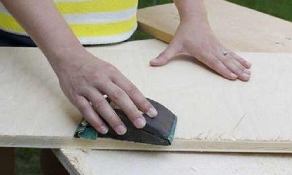 Все сколы нужно тщательно ошкурить наждачной бумагой или иными шлифовальными приспособлениями