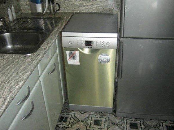 А вот рядом с холодильником интересующий нас аппарат поставить можно, так как для него это будет полностью безопасное соседство