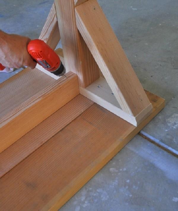 Ребра жесткости имеются у каждого стола, так как они нужны, чтобы придать ему устойчивость