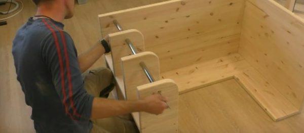 Намечаем место крепления верхней трубы и присоединяем ее к столу