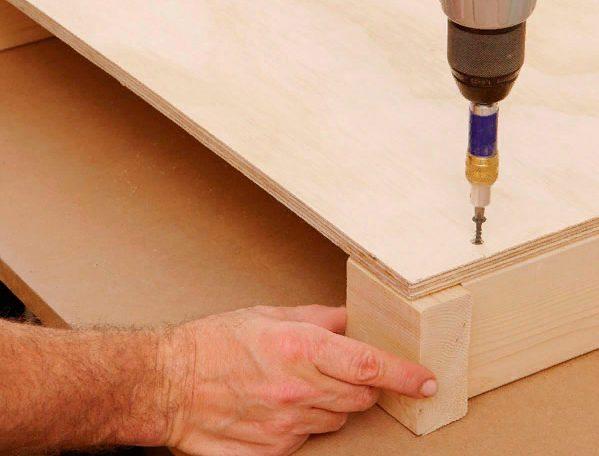 Следует использовать фрагмент бруска, чтобы определить правильное расположение отверстий