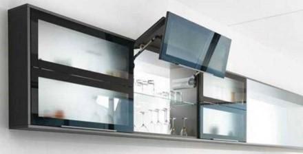 Откидные антресольные шкафчики, дверцы которых передвигаются в вертикальной плоскости - настоящая находка для людей маленького роста