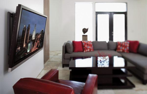 При расположении телевизора на поверхности стены легче подобрать оптимальную высоту