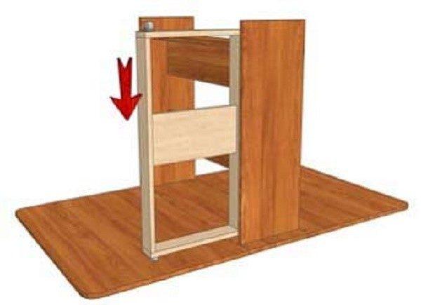 Продолжая удерживать стол в перевернутом положении, присоединяем ножки