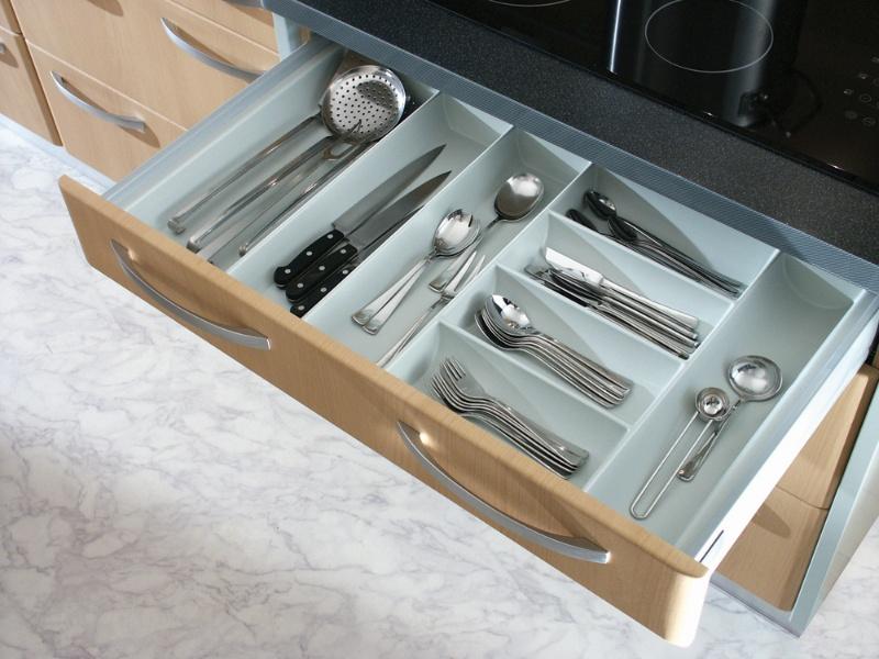 Лотки для столовых приборов обычно располагаются в выдвижных ящиках