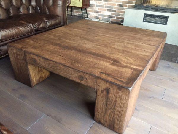 Массивный дубовый стол в гостиной