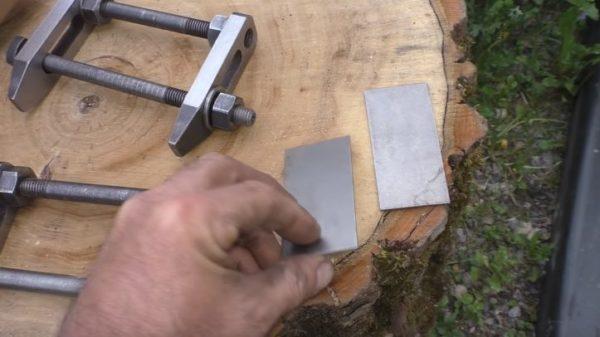Для крепления стоек понадобятся струбцины и две металлические пластины