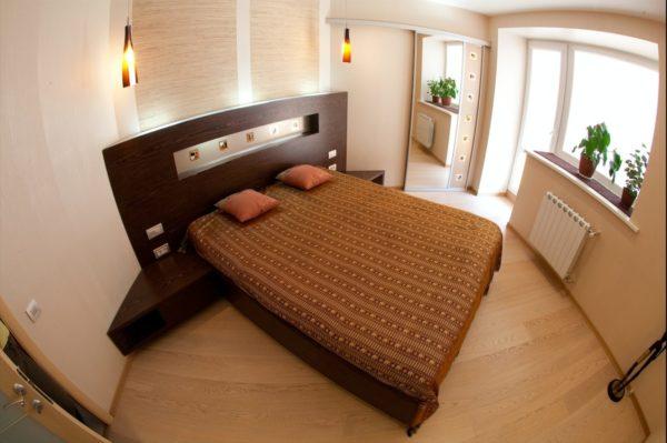 Диагональное расположение кровати делает визуально помещение спальни просторнее