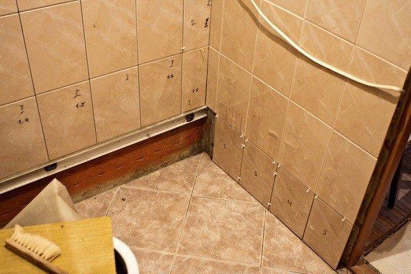 Аккуратно накладываем плитку на промазанные стены по всей их поверхности