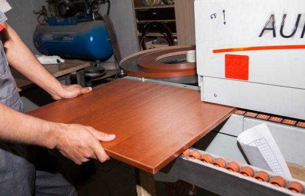 Нанесение кромки ПВХ производится на специальных станках