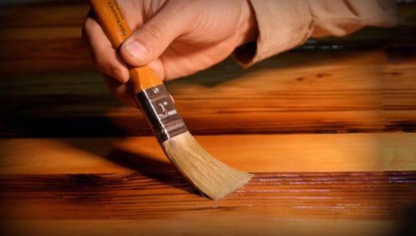 Методика покрытия лаком схожа с нанесением морилки