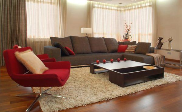 Сочетание с красным цветом поддержано диванными подушками того же цвета