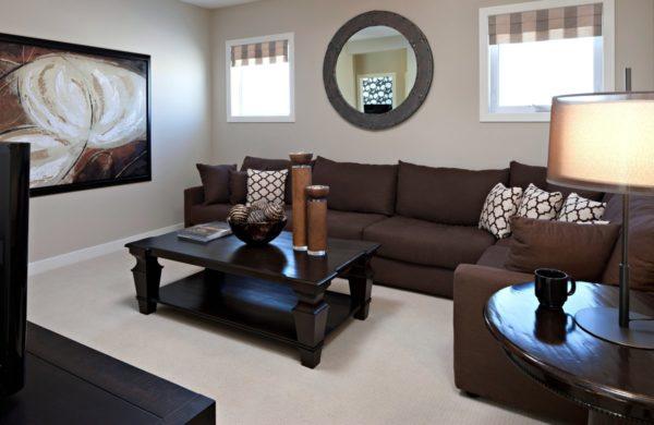 Квадратный журнальный столик подчеркивает форму дивана