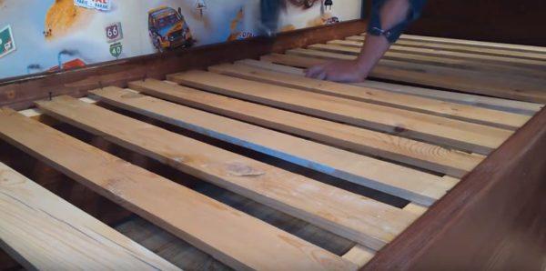 Основание под матрас делают прямо в каркасе кровати