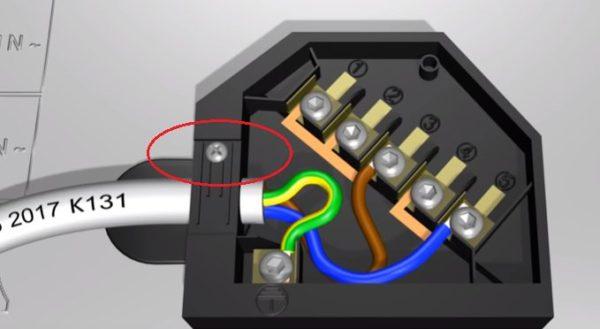Для фиксации провода необходимо закрутить болтик