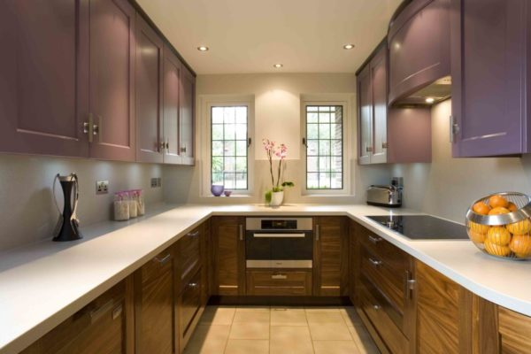 П-образное размещение актуально для помещений, связанных с регулярным приготовлением пищи, а также для кухонь квадратной формы