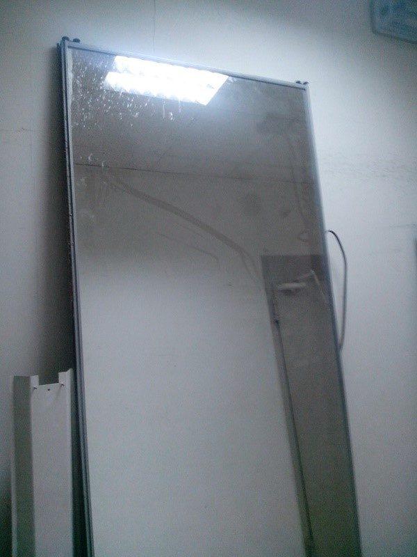 Многоразовые крепежные системы для зеркал, конечно, намного удобнее, так как они позволяют снять отражающую поверхность быстро, а после и ее, и сами крепежи использовать еще не один раз