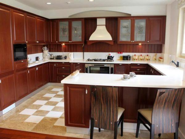 Полуостровное размещение актуально для просторных кухонь и квартир свободной планировки, когда кухня объединяется со столовой или гостиной