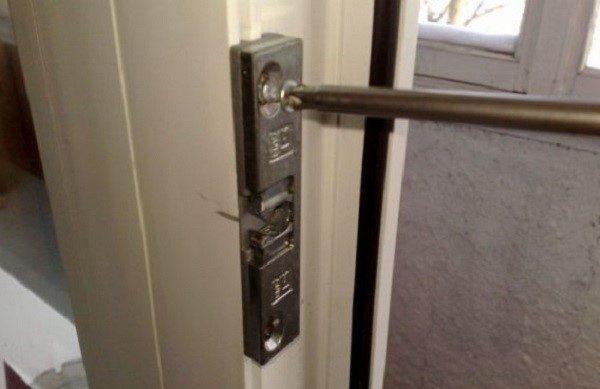 Важно чтобы магнитные защелки были установлены на одинаковом уровне